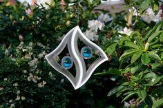 Deze windspinner, gemaakt van RVS, zal u verrassen en fascineren  door het licht en vormenspel wat ontstaat bij het ronddraaien. Bestel bij de webwinkel met het grootste assortiment windspinners online.