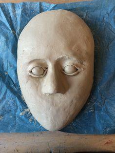 Hier heb ik ook het tweede oog aangebracht op het masker. Het maken van een oog is niet simpel, wel grappig om te maken! Daarnaast heb ik stukjes klei op de onderkant van het gezicht geplakt om een kin te vormen.