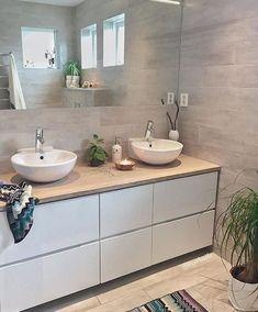 is not only available in large formats: this variant ensures a good . - Fliesen in Holzoptik - Badezimmer Condo Bathroom, Bathroom Toilets, Bathroom Renos, Laundry In Bathroom, Bathroom Inspo, Bathroom Furniture, Bathroom Inspiration, Small Bathroom, Master Bathroom