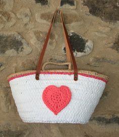 Capazo blanco con puntilla tonos rosas y corazón naranja asa de cuero de 70 cm