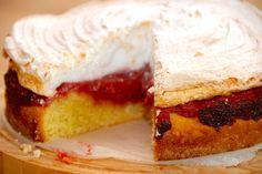 Sådan laver du en virkelig lækker rabarberkage med marengslåg. Kagen indeholder også en lækker og hjemmelavet rabarberkompot. Rabarberkage med marengslåg er en super skøn kage, der er rimelig let a…