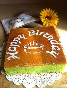昨天是妈妈的生日,周末时我做了这个蛋糕预先为妈妈庆祝生日。   妈妈说过她最爱吃的蛋糕是牛油蛋糕,再加上最近我参加了一个蛋糕装饰课程,已经连续吃了三周的抹cream蛋糕,感觉有点腻了,所以就选择做这个简单的牛油蛋糕给妈妈当生日蛋糕。