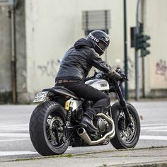 CAFE RACER  Instagram.com/caferacergram Moto di Ferro testing out their custom Yamaha Bolt From: motoculturalist