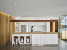 The Lake Manitouwabing house by MJMA was developed around the goal of enhanced outdoor living and social gathering. A rectangular plan is . Toronto, Loft, Lake Cottage, Cuisines Design, Modern Kitchen Design, Concrete Floors, Cheap Home Decor, Location, Kitchen Decor