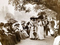 Vintage Fashion Ladies of Edwardian Society Take a Stroll in Hyde Park, 1905 Photographic Print - Edwardian Era, Edwardian Fashion, Vintage Fashion, Edwardian Clothing, Edwardian Costumes, Fashion 1920s, Vintage Pictures, Old Pictures, Old Photos