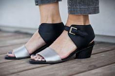 || מידות קיימות כרגע במלאי: 36-40, 37 אזל ||    ♥ נעלי עור בעבודת יד - מהדורה מצומצמת ♥  סנדלים נוחות בעלות שיק אורבני  עשויות 100% עור רך המתאים עצמו לצורת הרגל במהרה  מתאים במיוחד עם שמלות קייציות או מכנסי סקיני מקופלים מעל הקרסול  עקב נח בגובה 5 סנטימטרים.   סנדל המקיף את הקרסול ובעל רצועה קדמית בעור בצבע שונה. סנדל מודרני ונח. נקי ומחמיא לקרסול וכף הרגל.  הסנדל האולטמטיבי להתרוצצויות בעיר כל היום, וריקודים כל הלילה.    קיים בשני צבעים: שחור וכסף, שחור וקאמל    // ההנחה בלעדית לקנייה בחנו...
