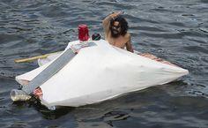 Sem-teto constrói barco-casa na baía de Guanabara +http://brml.co/1AWzCqC