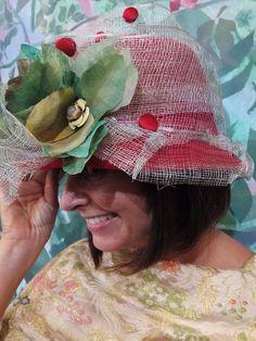 Sombrero base de fieltro custumizado con rafia verde agua y flor realizada a mano y pintado al oleo.