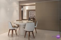 Hoje é dia de SALA DE JANTAR!  Esta sala de jantar é minimalista e muito elegante. Reparem que o estofado das cadeiras combinam perfeitamente com o tom de cinza usado nas paredes. O branco foi usado para dar mais amplitude ao ambiente. Projeto: Consuelo Jorge.