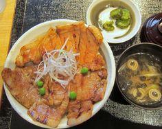 帯広『豚一家』のロース豚丼。肉はリブロースのようで結構柔らかい。タレはちと醤油味が勝っていて甘めかなぁ。 Google+
