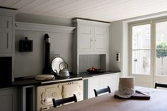 Lovely simple shaker kitchen and cream Aga. Love this kitchen Kitchen Interior, Kitchen Inspirations, Shaker Kitchen, Kitchen Makeover, Kitchen Cupboards, English Design, Country Kitchen, Modern Country Style, Plain English Kitchen