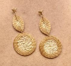 Brinco em capim dourado;  mandala e folha;  base de metal dourado.