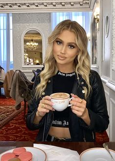 Coffee Girl, Coffee Shop, Coffee Drinks, Coffee Cups, Sweet Coffee, Coffee Culture, V60 Coffee, Coffee Break, Cute Girls