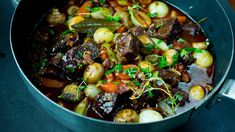 Boeuf Bourguignon - Oppskrift - Godt.no Kung Pao Chicken, Bacon, Ethnic Recipes, Food, Beef Bourguignon, Essen, Meals, Yemek, Pork Belly