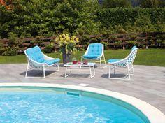 Con il set Riva di Greenwood l'arredamento outdoor è subito più gioioso e moderno. Merito dell'elegante profilo curvo delle sedute e dall'intenso color turchese dei cuscini, che portano una ventata di allegria in giardino o a bordo piscina.