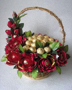 розовый цветок девушка корзина - Recherche Google Candy Bouquet Diy, Felt Flower Bouquet, Gift Bouquet, Flower Box Gift, Flower Boxes, Candy Flowers, Paper Flowers, Indian Wedding Gifts, Chocolate Flowers Bouquet