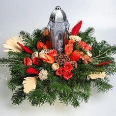 Pietny trvácny aranžmán so živou čečinou, sušinami a kahancom. Aranžmán má terakotový ťažší základ. Christmas Wreaths, Floral Wreath, Holiday Decor, Home Decor, Floral Crown, Decoration Home, Room Decor, Home Interior Design, Flower Crowns
