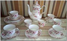 Πορσελάνινο σερβίτσιο τσαγιού/καφέ από την Αγγλική εταιρία Queen Anne. Από λευκή πορσελάνη με ρομαντικό διάκοσμο με λουλούδια και χρυσές λεπτομέρειες. Στο στυλ τον πραγμάτων που έβγαζε η Royal Albert. Το σετ είναι σε άριστη κατάσταση με ελάχιστη χρήση. Περιλαμβάνει και πιάτα για γλυκό.