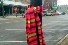 These scarves are generously left for homeless people that are exposed to the frigid (and dangerous) winter temperatures! The warm scarves are free to anyone who needs them and can provide much-needed insulation from below-freezing weather. Human Kindness, Kindness Matters, Double Menton, Winter Temperature, Holiday Traditions, Facon, Cold Day, New Trends, Plaid Scarf