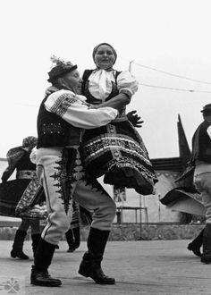Tanec na kúby. Folklórna skupina zo Selca (okr. Trenčín). Vedecký archív ÚEt SAV, foto T. Szabó, nedatované.