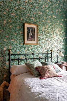 William Morris Wallpaper, Morris Wallpapers, William Morris Tapet, Period Living, Brown Furniture, House And Home Magazine, Glass House, B & B, Beautiful Homes