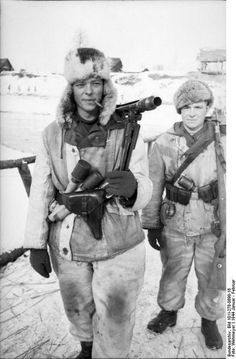 Heavily armed German soldiers in full winter equipment (including Soviet-issue winter hats) at the Battle of the Korsun-Cherkassy pocket on the Eastern front (January-February 1944), via the Bundesarchiv. Note the soldier in front carries an MG42 machine gun and is wearing a P.38 in its characteristic holster with a vertical slide-through strap.