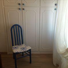 Sedia ridipinta e rifoderata con armadio a muro ridipinto con pomoli indiani blu