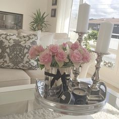 Like this table display, flowers and vase are lovely Coffee Table Styling, Decorating Coffee Tables, Home Living Room, Living Room Decor, Tray Decor, Room Inspiration, Home Accessories, Table Decorations, Interior Design