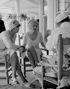Marilyn Monroe and Tony Curtis on the set of Some Like It Hot, Hollywood Icons, Hollywood Star, Golden Age Of Hollywood, Vintage Hollywood, Classic Hollywood, Hollywood Glamour, Norma Jean Marilyn Monroe, Marilyn Monroe Photos, Star Pictures