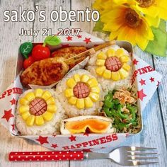 太陽いっぱいひまわりの季節ですお弁当に食卓にひまわりが満開です Kawaii Bento, Cute Bento, Eat Lunch, Bento Box Lunch, Bento Kids, Sushi, Food Decoration, Food Humor, Cute Food
