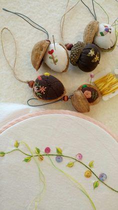 까먹은 호두 껍질을 모아두는걸 보며 아들은 내내 의아해 했다. 그도 그럴것이 날름 알맹이 빼먹은 껍질에 ... Herb Embroidery, Silk Ribbon Embroidery, Cross Stitch Embroidery, Embroidery Patterns, Sewing Art, Sewing Crafts, Sewing Projects, Diy Hair Accessories, Sewing Accessories