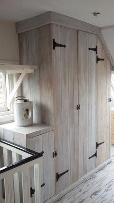 Landelijke kast | opbergruimte naast de trap | zolderkast met whitewash hout | VanStoerHout