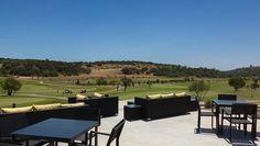 Esplanada com vista campo de golfe