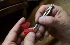 An inside look at Van Cleef & Arpels' high jewellery workshop #goldsmith #wax