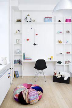 Åpent reolsystem med skrivebordsplass på barnerom.