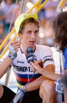 L'Américain Greg LeMond avec son maillot de champion du monde, rayé multicolore, en 1990.