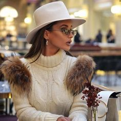 Have you no hat? Fashionista Rita Tesla shows us how to wear hats and add a touch of sophistication to any look with this lady's chapeau Winter Fashion Outfits, Look Fashion, Autumn Winter Fashion, Winter Outfits, Womens Fashion, Autumn Style, Fashion Hats, Latest Fashion, Outfits With Hats