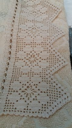 Crochet Patterns Lace I find a beautiful and delicate way to decorate or personalize a simple toa … 1 Single Spider Débardeurs Au Crochet, Crochet Lace Edging, Crochet Home, Thread Crochet, Crochet Doilies, Hand Crochet, Crochet Stitches Chart, Crochet Motif Patterns, Filet Crochet Charts