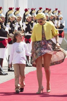 Facing the Wind like Royalty ; Queen Maxima of The Netherlands attends the International Ceremony at Sword Beach to commemorate. Royal Familie, Kate Middleton Legs, Wind Skirt, Royal Dresses, Sexy Legs And Heels, Mini Vestidos, Great Legs, Nice Legs, Queen Maxima