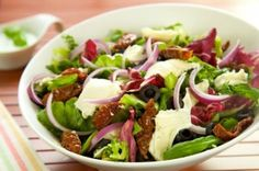 salata-z-mozzarella-suszonymi-pomidorami-i-czarnymi-oliwkami