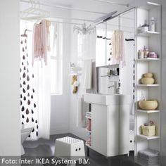 Es nimmt wenig Platz weg, bietet dafür aber umso mehr. Wie man mehr Sttauraum im Badezimmer schaffen kann erfährst Du auf www.roomido.com/wohnideen-f/wohnraeume/einrichtungsstile/weisses-eckregal-fuer-mehr-stauraum