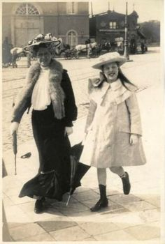 Working Girls of the Earliest Known Photos of Life in an American Brothel During the Late Century ~ vintage everyday 1900s Fashion, Edwardian Fashion, Vintage Fashion, Women's Fashion, Fashion Styles, Victorian Life, Victorian Photos, Victorian Toys, Fashion Tips For Women