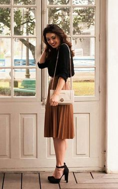 Black blouse and shoes, brown skirt and nude bag Schwarze Bluse und Schuhe, brauner Rock und Akttasc Rock Design, Mode Outfits, Fashion Outfits, Fashion Trends, Dress Fashion, Skirt Outfits, Classy Outfits, Pretty Outfits, Classy Clothes