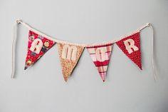 Bandeirolas para decorar sua festa ou sua casa. :)    ____________________________________________________________    - Bandeirolas em tecido de algodão, letras em feltro e viés de algodão para a tira.  - A cor predominante do produto é de sua preferência.  - O preço é referente à unidade da bandeirola. Quando for encomendar você deve pedir a quantidade total de bandeirolas que quer que tenha tira.  ____________________________________________________________    - Bandeirola com letra: ...