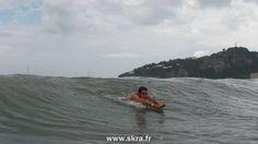 Body surfing dans les vagues sur la plage de San Juan del Sur, Nicaragua