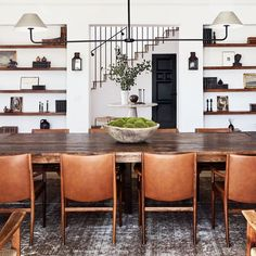 a row of leather dining chairs at a long dining table SP Home Design Architectural Digest, Home Design, Interior Design, Design Ideas, Room Interior, Eclectic Design, Design Projects, Interior Architecture, Design Tisch