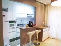A cozinha planejada americana para apartamento pequeno é ideal para quem procura otimizar espaço e modernizar o ambiente, confira algumas dicas e fotos.