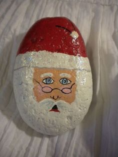 See more ideas about Rock crafts, Easy Rock painting and Painted rocks.These are pretzels but this simple design could easily be painted on rocks. Christmas Rock, Christmas Crafts, Christmas Decorations, Merry Christmas, Rock Painting Ideas Easy, Rock Painting Designs, Stone Crafts, Rock Crafts, Stone Painting