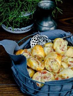 Fast party recipe: puff pastry with ham, salami and cheese - Kochrezepte - Fingerfood Salami Recipes, Pizza Recipes, Grilling Recipes, Brunch Recipes, Snack Recipes, Party Food And Drinks, Snacks Für Party, Creme Fraiche, Raclette Originale