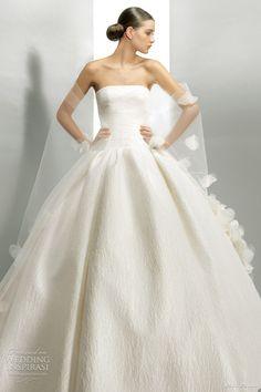 Maravilloso ejemplo de simbiosis perfecta entre vestido y velo, de Peirò. http://ideasparatuboda.wix.com/planeatuboda